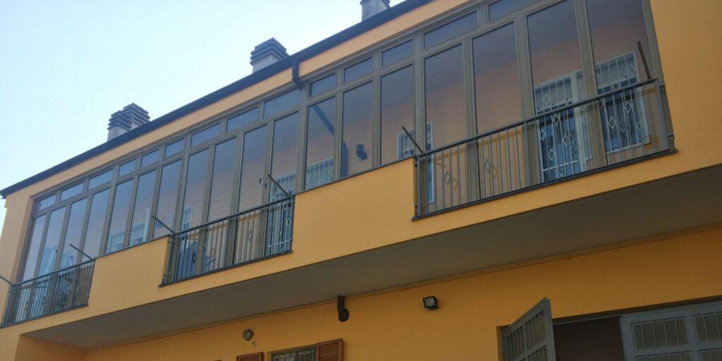 Veranda a battenti in alluminio
